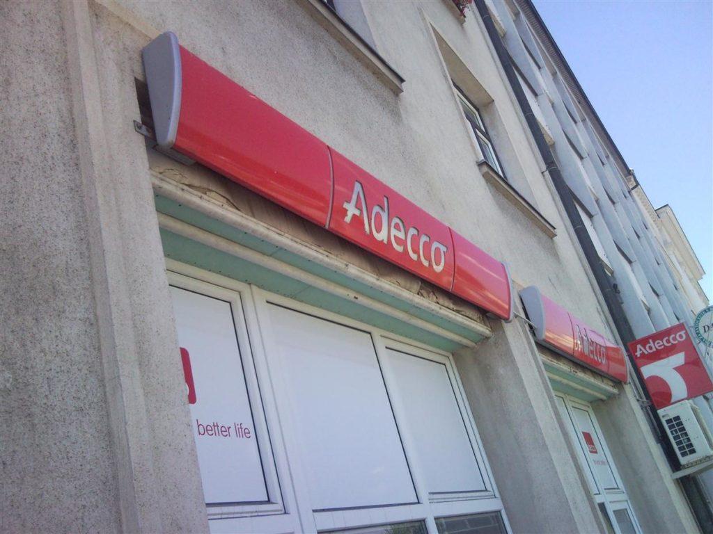 Adeco kasetni napisi montirani nad poslovalnicami