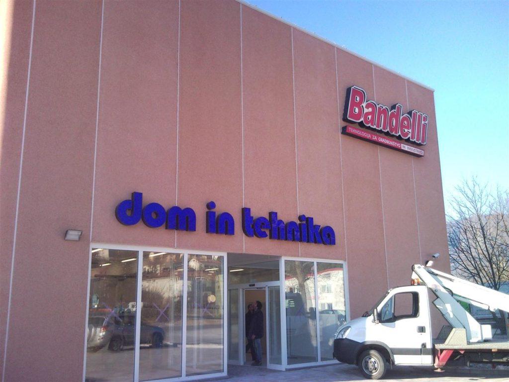 Bandelli označbe na pročelju poslovne stavbe