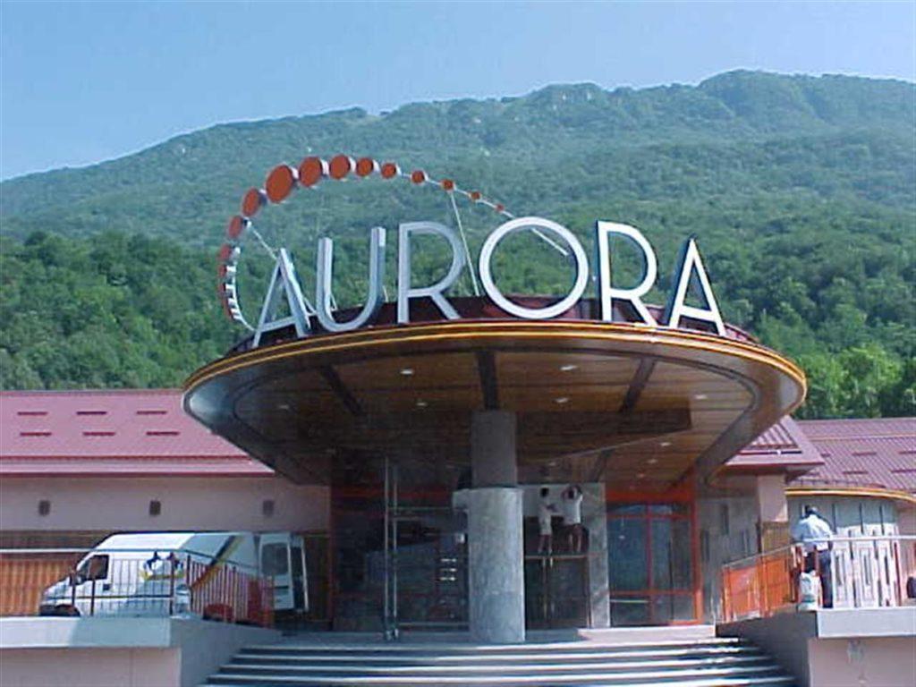 Casino Aurora polkrožni napis z vgrajenimi 3D črkami