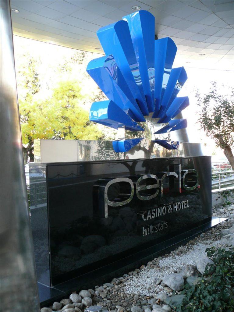Casino Perla. Granitni podstavek z vgrajenimi monolitnimi inox črkami