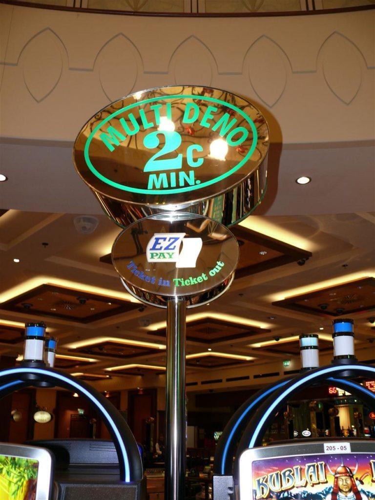 Deno sign. Montaža v Casinojih.