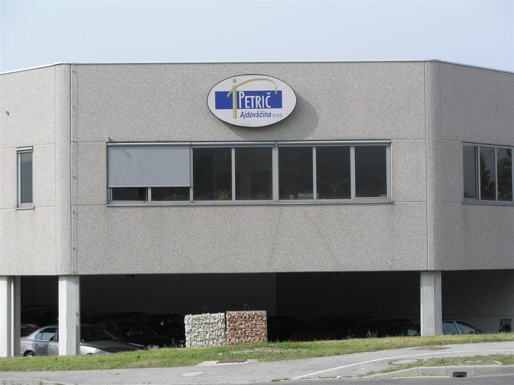 Elipsasta svetlobna označba na pročelju poslovne stavbe