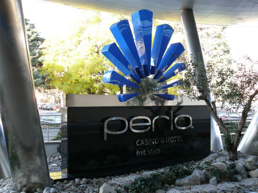 Granitni monolitni podstavek z vgrajenimi inox črkami in pleksi logotipom. Svetlobni efekt.