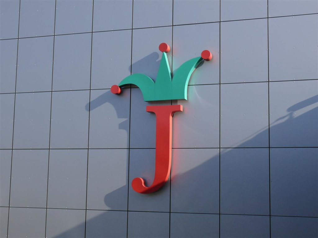 Monolitni logotip na steni višine 3m