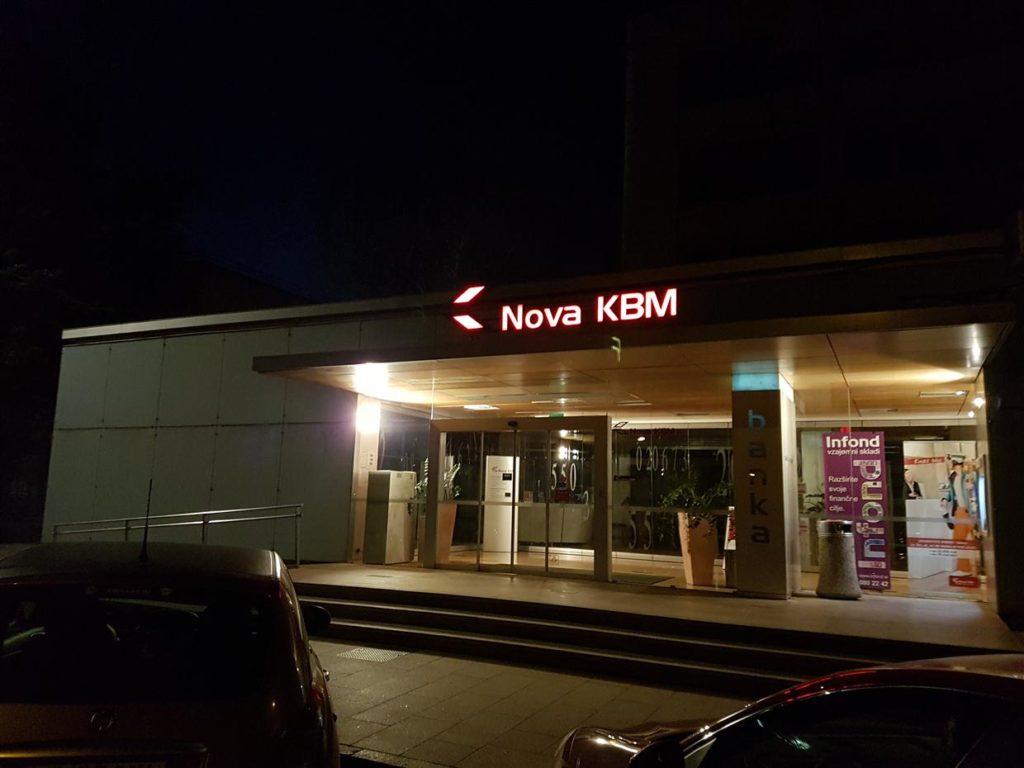 Nova KBM enostaven svetlobni napis na nadstrešku.