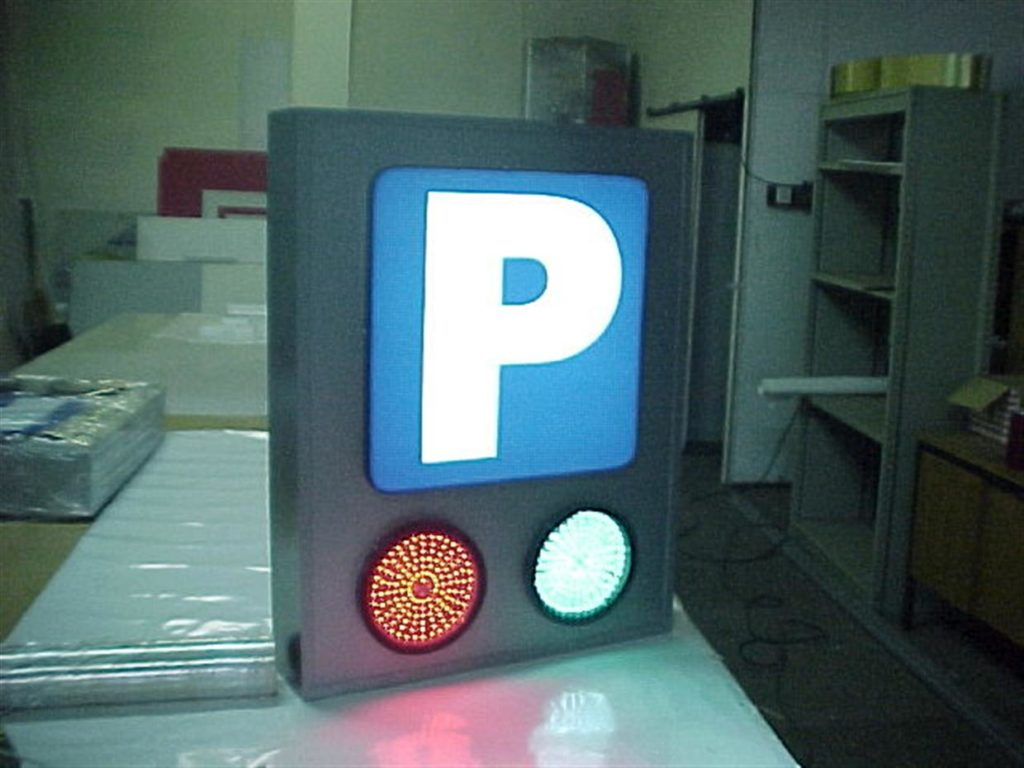 Označba parkirišča. Luč signalizira prosto ali zasedeno.