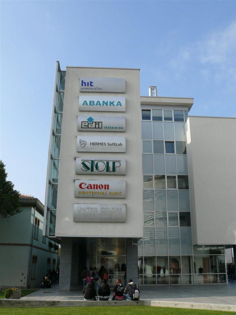 Segment napisov na pročelju stavbe
